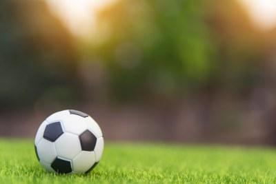 Ballon de football sur du gazon