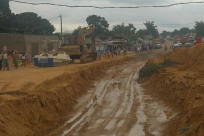 Vue de la principale avenue qui traverse le quartier la Base, bien endommagé par les pluies, à Brazzaville.