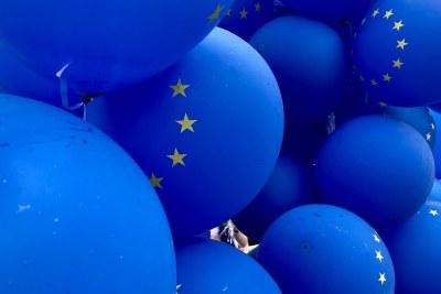 Le drapeau de l'Union européenne (12 étoiles dans un cercle) sur des ballons bleus.