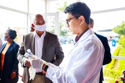 Le 19 avril, le président Andry Rajoelina a annoncé qu'un traitement efficace contre le coronavirus a été mis au point par l'Institut malgache de recherches appliquées (IMRA)
