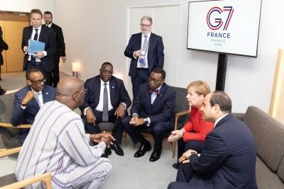 Les dirigeants africains participant au sommet du G7 2019 à Biarritz, France, 2019. (LR) Le président du Burkina Faso Roch Marc Christian Kaboré, le président rwandais Paul Kagame, le président sénégalais Macky Sall, le président de la Banque africaine de développement (BAD) Akinwumi Adesina, la chancelière allemande Angela Merkel et Le président égyptien Abdel Fattah el-Sissi. (Photo d'archives)