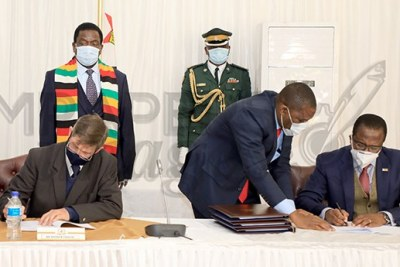President Emmerson Mnangagwa witnesses the signing ceremony between Finance and Economic Development Minister Professor Mthuli Ncube (right) and Commercial Farmers' Union president Andrew Pascoe at State House.