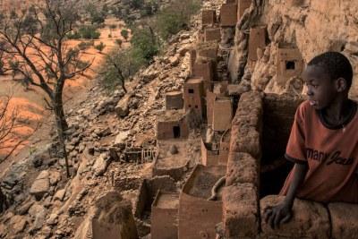 Des habitations en falaise sont visibles sur l'escarpement de Bandiagara à Teli, dans la région centrale du Mali. L'escarpement a été inscrit sur la liste du patrimoine mondial de l'UNESCO en 1989.