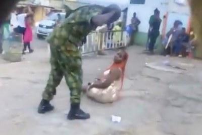 Un soldat nigérian fouette une femme en public pour `` vinaigrette indécente ''