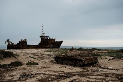 La carcasse rouillée d'un navire et d'un véhicule blindé détruit sur la plage de Zuwarah, dans l'ouest de la Libye. (photo d'archive)