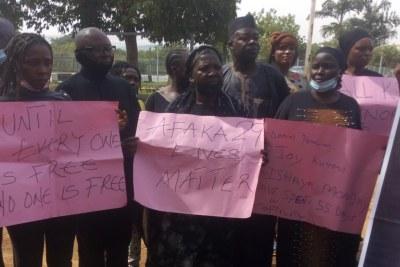 Des parents des étudiants enlevés à Kaduna, portant des parcartes avec slogants appelant à la liberation de leurs enfants, Abuja, le 4 mai 2021.