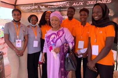 Mme Maire de la capitale sénégalaise, Soham El Wardini, entourée des jeunes activistes en marge de l'ouverture officielle des 25 Heures de Dakar, le 22 juin 2021 au Monument de la Renaissance africaine, à Dakar