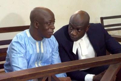 Yankuba Touray aux côtés de son avocat : l'ancien haut responsable de la junte militaire en Gambie a été reconnu coupable de meurtre, le 14 juillet 2021.