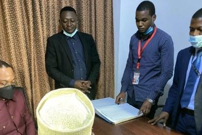 Le patron de l'église du réveil au Congo dépose au bureau du rapporteur de la Céni le nom du candidat choisi par six des huit confessions religieuses, à Kinshasa, le 30 juillet 2021. (image d'illustration)
